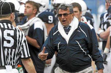 Joe Paterno, durante un partido de fútbol americano en 2010. | Reuters