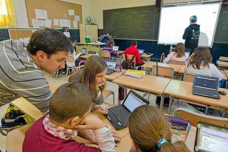 Miniordenadores portátiles y pizarra digital en un colegio. | Mitxi