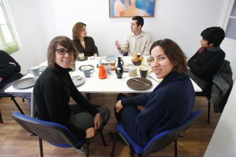 Yaiza Bailén y Ara Pulido en un desayuno de trabajo en el centro de 'coworking' Nido.  A. Pastor