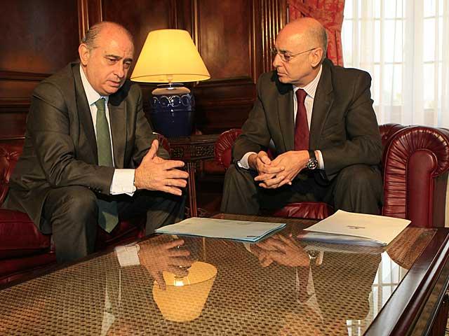 El ministro del Interior, Fernádez, y el consejero vasco, Rodolfo Ares, reunidos. | Iñaki Andrés
