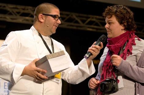 Dani García durante su ponencia en el congreso con la caja de gusanitos en la mano. | J. F. F.