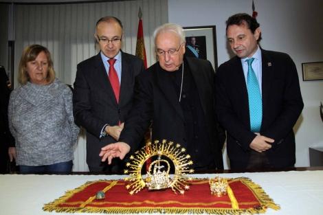 Entrega de las joyas de la Fuencisla al Obispo de Segovia.   R. Blanco