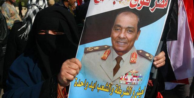 Una mujer egipcia con la foto del mariscal Tantaui, jefe de la Junta Militar. | Afp