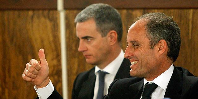 Francisco Camps celebra el veredicto del jurado. Tras él, Ricardo Costa. | Pool