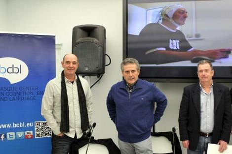 Carreiras acompañado de Andoni Egaña e Iñaki Murua en el Basque Center on Cognition. | Efe