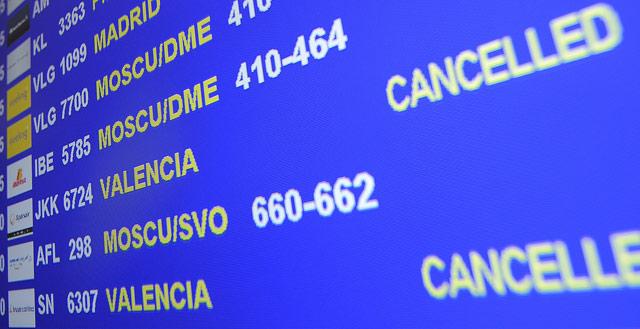 Los primeros vuelos cancelados en el aeropuerto de El Prat de Barcelona. | AFP