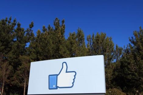 Un icono gigante del conocido 'like' en la sede de Facebook en Menlo Park (California). | Reuters