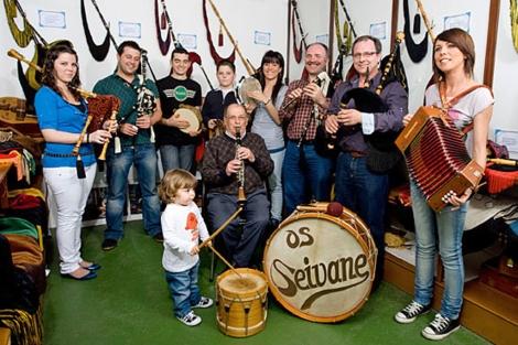 Xosé Manuel Seivane, en una imagen de 2010, rodeado de hijos y nietos. | seivane.es