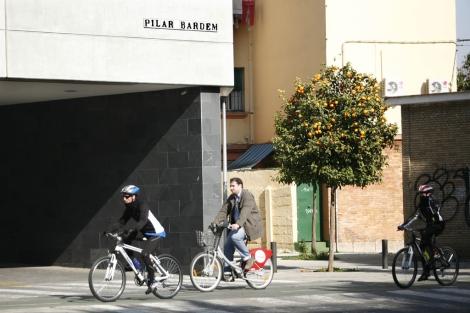 Un grupo de ciclistas pasa bajo el actual rótulo de la calle. | E. Lobato