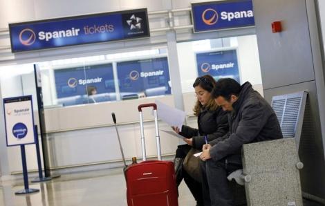 Dos de los pasajeros afectados, en El Prat. | Reuters