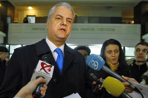 Adrian Nastase atiende a los medios tras la sentencia.| Reuters