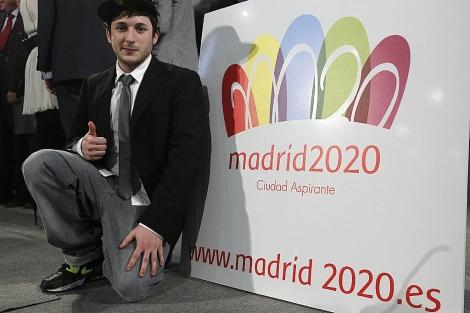 Luis Peiret, estudiante de Bellas Artes, posa con el logotipo. | Foto: Efe