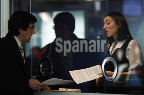 Un pasajero protesta en la ventanilla de Spanair en El Prat. | Reuters