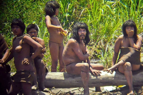 Indígenas aislados 'mashco-piro', en noviembre pasado.  Diego Cortijo