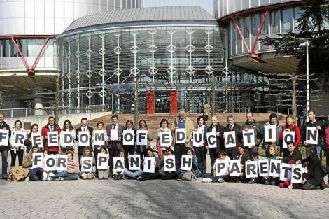 Protesta de padres y alumnos ante el Tribunal de Derechos Humanos de Estrasburgo. | E. M.