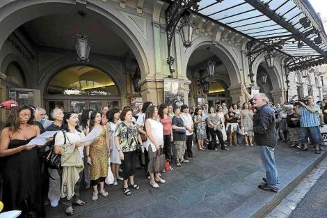 Protesta de trabajadores en la puerta del Liceu.   Antonio Moreno