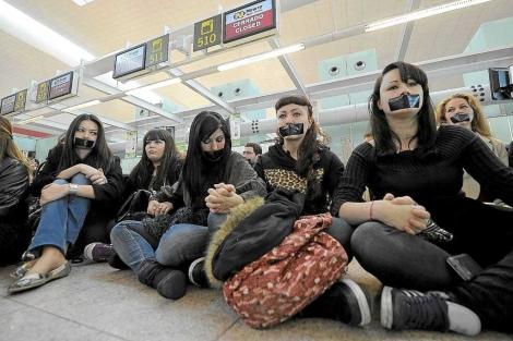Trabajadores de Newco, empresa dependiente de Spanair, protestan en el aeropuerto de El Prat (Barcelona). | Afp