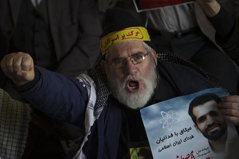Un iraní protesta con una banda en la que se lee 'Abajo Israel'. | Reuters