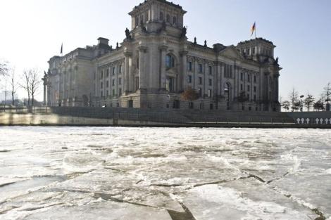 Vista del Parlamento alemán junto a un Spree congelado por el frío. | AFP