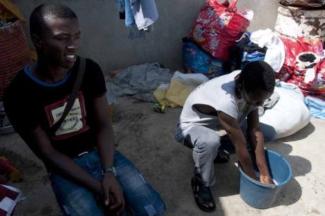 Mahmoud y un compañero de piso, que comparten con otros 18 subsaharianos. | J. G. Hinchado