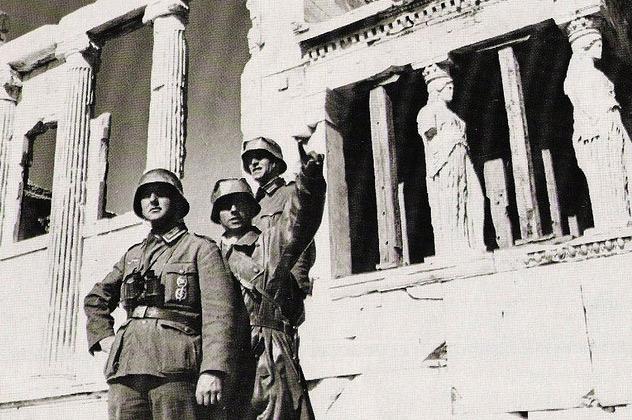 Soldados alemanes en la Acrópolis.   Κατοχή & Γερμανοτσολιάς