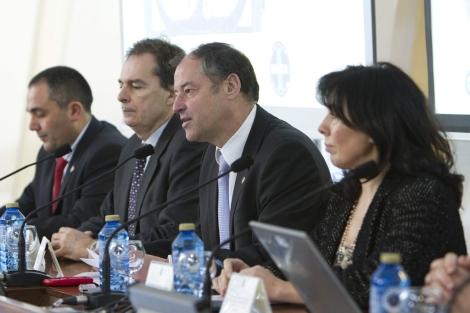 El rector vigués (2d), junto a cargos del INTA, la ESA y la Xunta, este viernes. | Efe