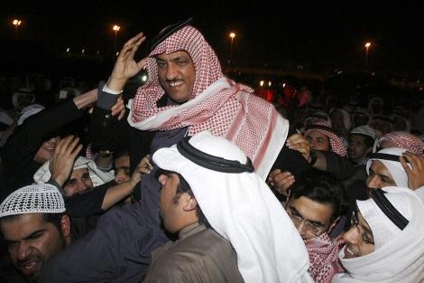 El candidato opositor Al Barrak celebra su victoria con sus seguidores. | Afp