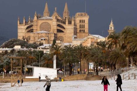 Niños jugando con la nieve en Palma.   Efe