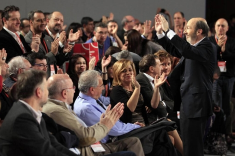 Alfredo Pérez Rubalcaba saluda a los socialistas tras su elección. | Reuters