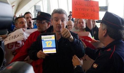 O'Leary ha disparado la tensión al posar ante los trabajadores. | Mitxi