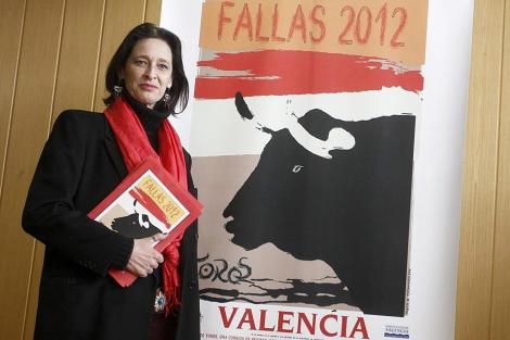 Paola Dominguín junto al cartel que ha diseñado para la feria taurina | J. Cuéllar