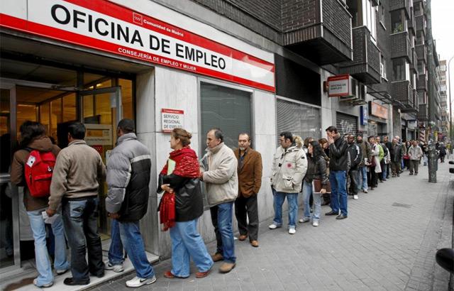 Colas en una oficina de empleo en el primer año de la crisis, 2008. | Sergio González
