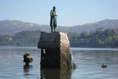 Estatua en homenaje al capitán Nemo y al Nautilus junto a la Isla de San Simón.