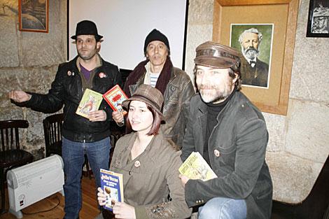Los creadores de la Sociedad Verniana, con Óscar Suárez y Javier Viana .   A. G.