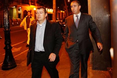 Diego Torres con su abogado durante el registro de la sede del Instituto Nóos   Quique García