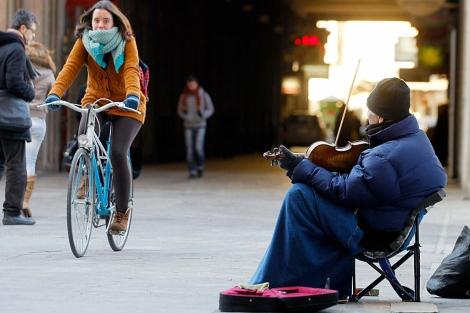 Un violinista callejero, la semana pasada, en Valencia. | Efe