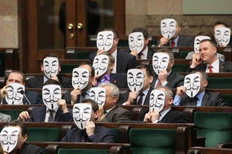 Diputados polacos del partido de izquierdas Palikot's Movement protestan con las máscaras de Anonymous la aprobación de la ACTA en el Parlamento polaco. | AP