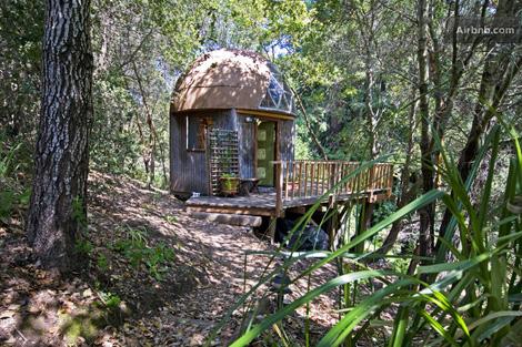 Una casa de árbol que se alquila en California a través de Airbnb.
