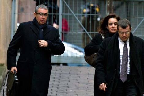 Torres accediendo al juzgado junto a su mujer y su abogado. | Efe