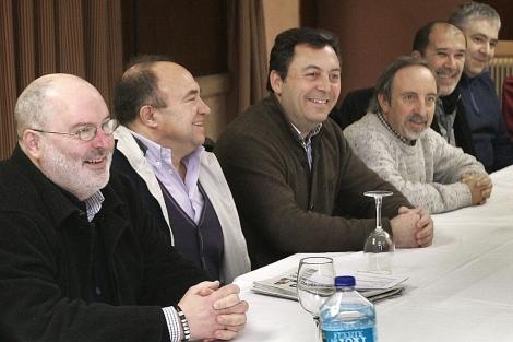 Miembros de Esquerda Nacionalista, durante la asamblea este sábado.   Efe