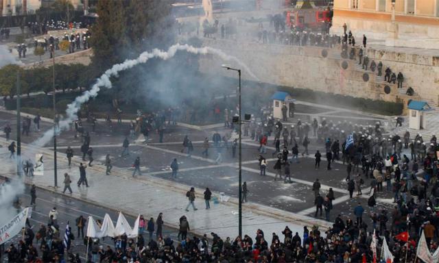 Protestas ante el Parlamento griego, en la plaza Syntagma.   Reuters
