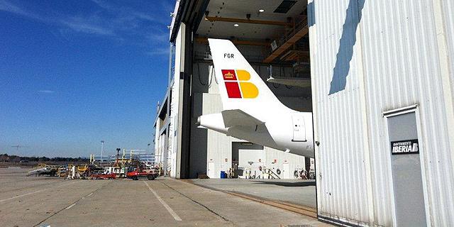 Un avión de la compañía en un hangar.