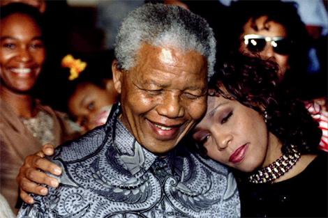 LJunto a Nelson Mandela, en 1994. | Reuters