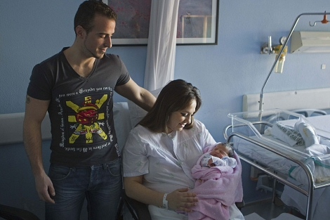 Antonio y Melani, padres de Estrella, posan con el bebé recién nacido en Sevilla.   Efe
