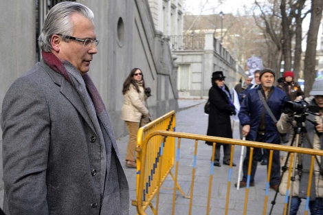 Garzón, a la salida del Supremo tras declarar en la causa del franquismo. | Afp