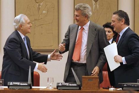 Dívar saluda al presidente del Congreso, Jesús Posada, antes de su intervención. | Mondelo / Efe