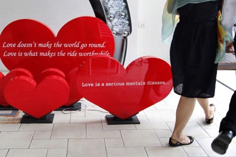 Corazones con mensajes en una promoción del día de San Valentín en Bangkok. | Efe
