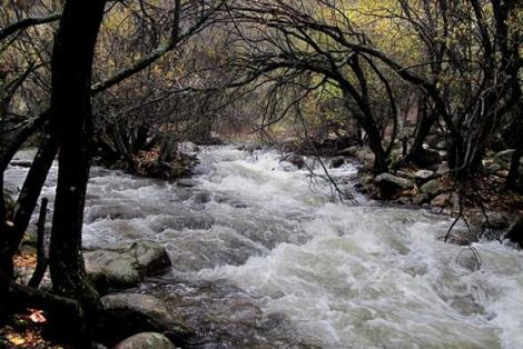 El río Manzanares crecido por lluvias y deshielos. | Alfredo Merino