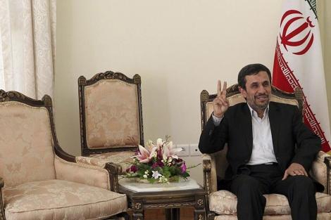 Mahmud Ahmadineyad hace el signo de la victoria en su oficina presidencial enTeherán. | Efe