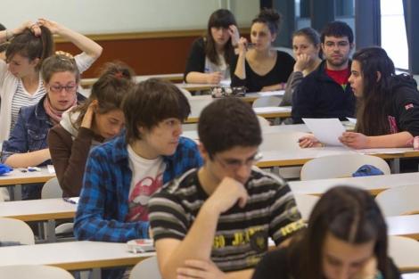 Estudiantes españoles realizan las pruebas de selectividad en el País Vasco. | ELMUNDO